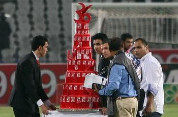 """الصقر يرد تحية """"مش هاتمشي"""" وتحرش لاعبو المقاصة بالحكم وتورتة """"سوداني حمراء"""" 29881-3"""