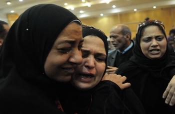 شاهد دموع وتهليل واحضان الفرح لأسر الشهداء الاعدام قتلة ابناءهم